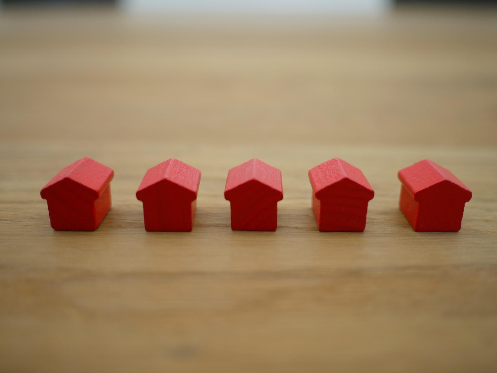 rode houten huisjes
