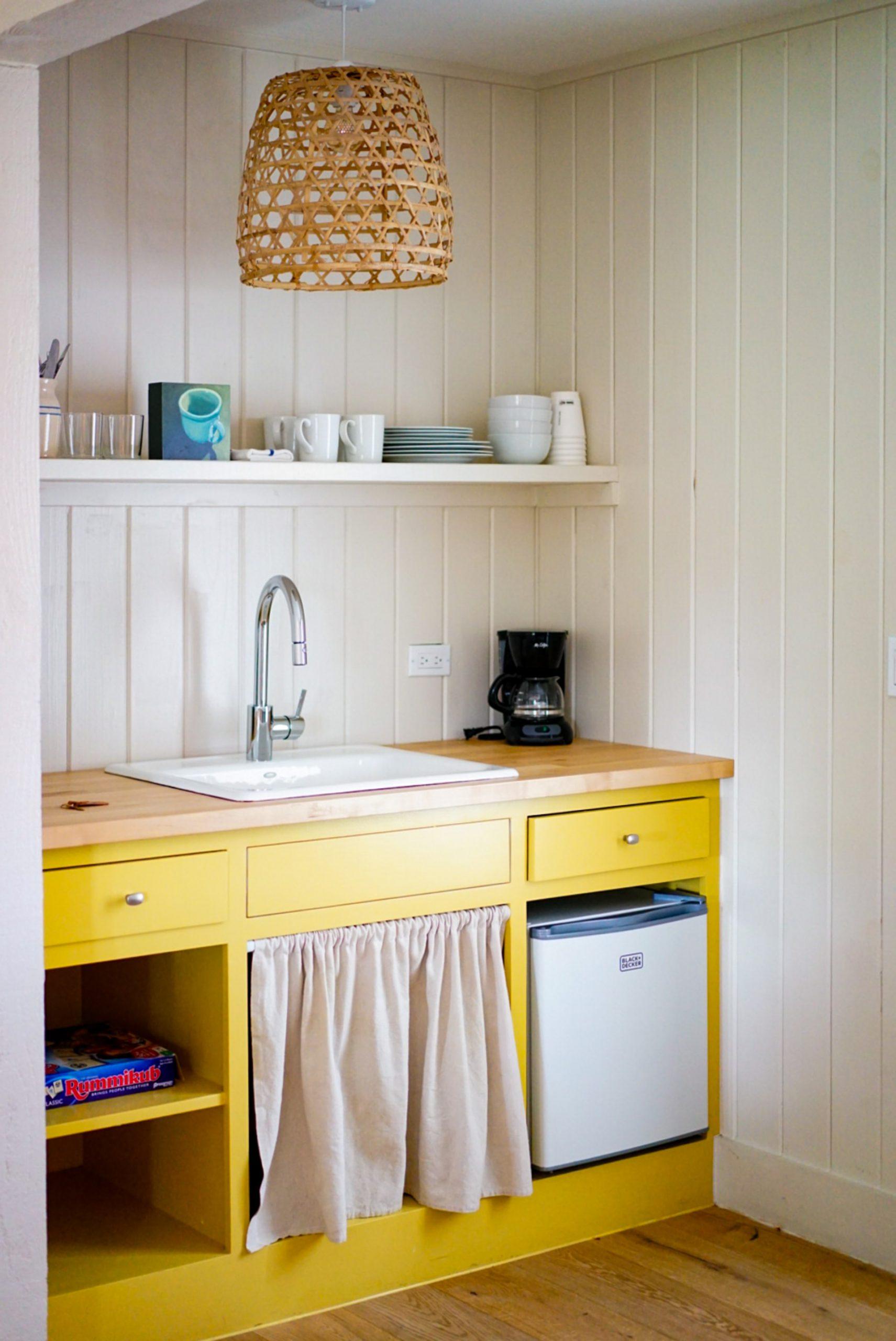 kleine keuken in het geel