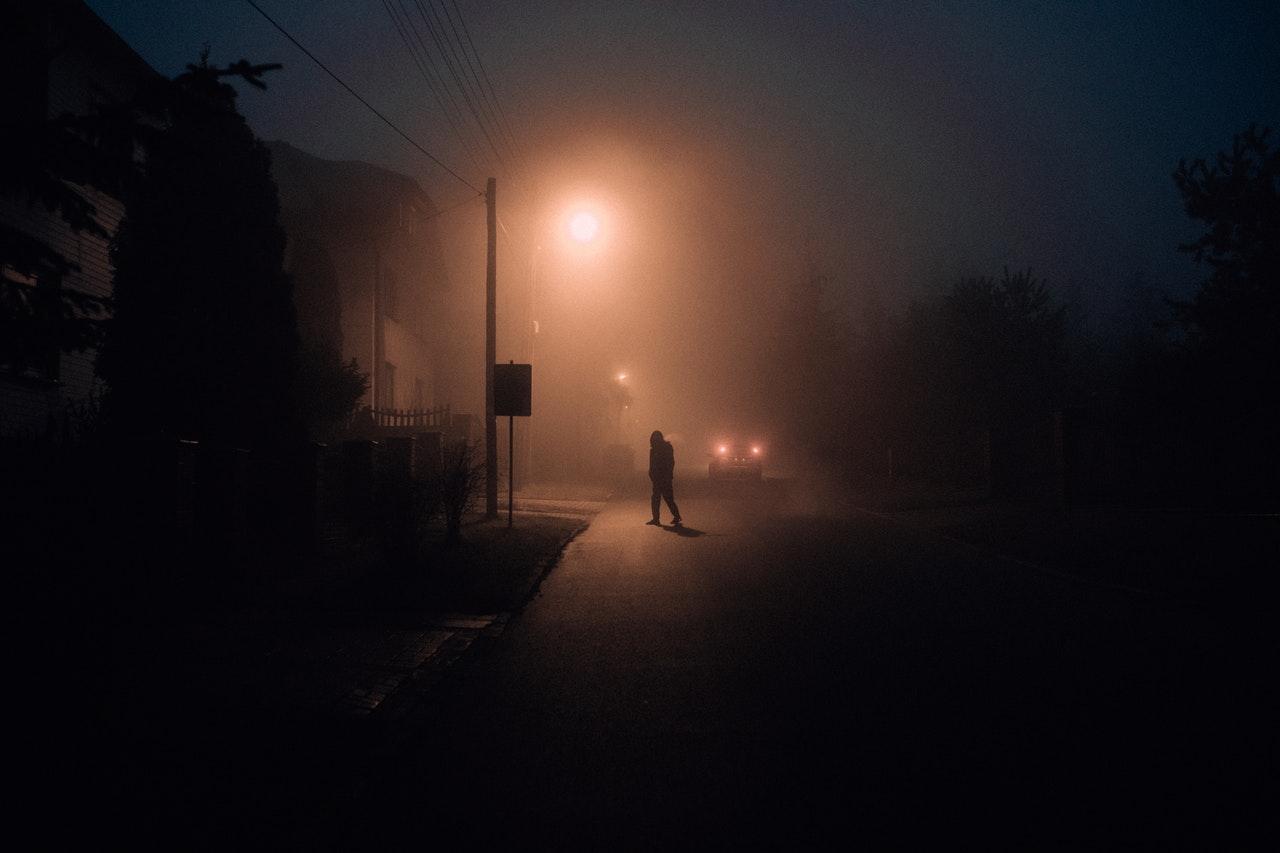 inbreker in de avond op straat