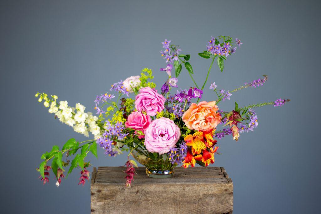 roze en oranje bloemen in vaas